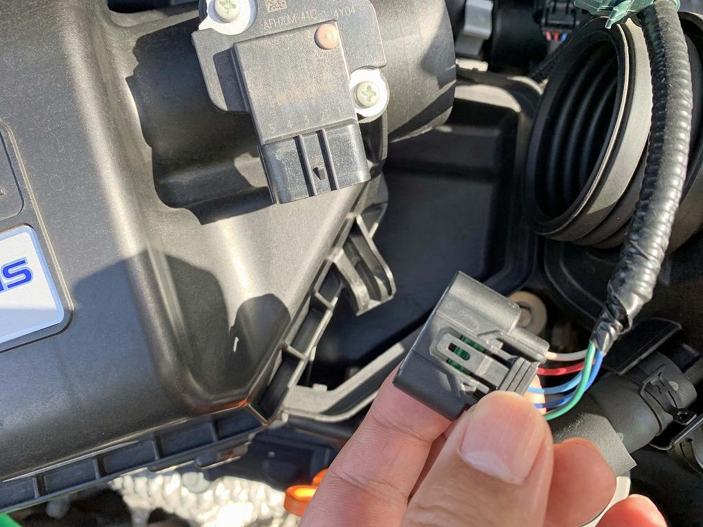 Отсоедините кабель датчика количества воздуха